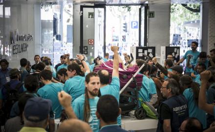 Huelguistas de Movistar ocupan tienda de Telefónica de Barcelona en jornada electoral