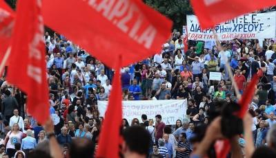 Miles de griegos protestan contra la Troika, Tsipras ofrece nuevas concesiones