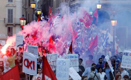 Miles de personas en apoyo al pueblo griego en Francia, Bélgica, Italia y otros países