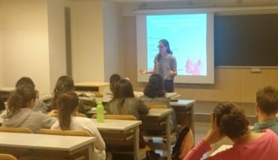 Estudiantes de medicina debaten sobre la copa menstrual y los prejuicios sobre la sexualidad femenina