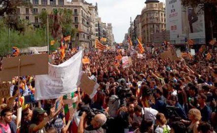 Masiva manifestación estudiantil en Barcelona por el derecho a decidir y contra la represión